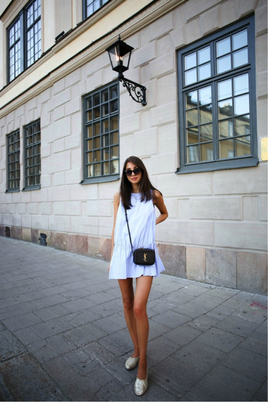 Felicia Akerstrom looks ultra-summery in this simple blue dress. She pairs it with some sparkly flats and some sunglasses (a summer essential,) making this ideal for a sunny day! Dress – Zara Shoes – H&M Bag – YSL Sunglasses – Triwa