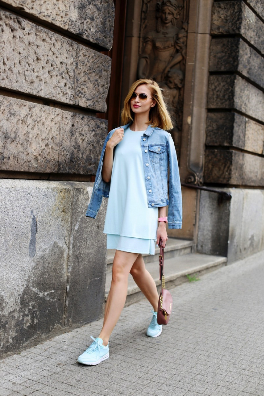 Paula Jagodzińska sports this ultra stylish but comfortable look. Nothing says summer more than pastel colours- layering the different shades of blue (dress and jacket), paired with statement trainers results in a super casual and coordinated aesthetic. We love this! Dress: sugarfree, Shoes: nike, Jacket: mohito