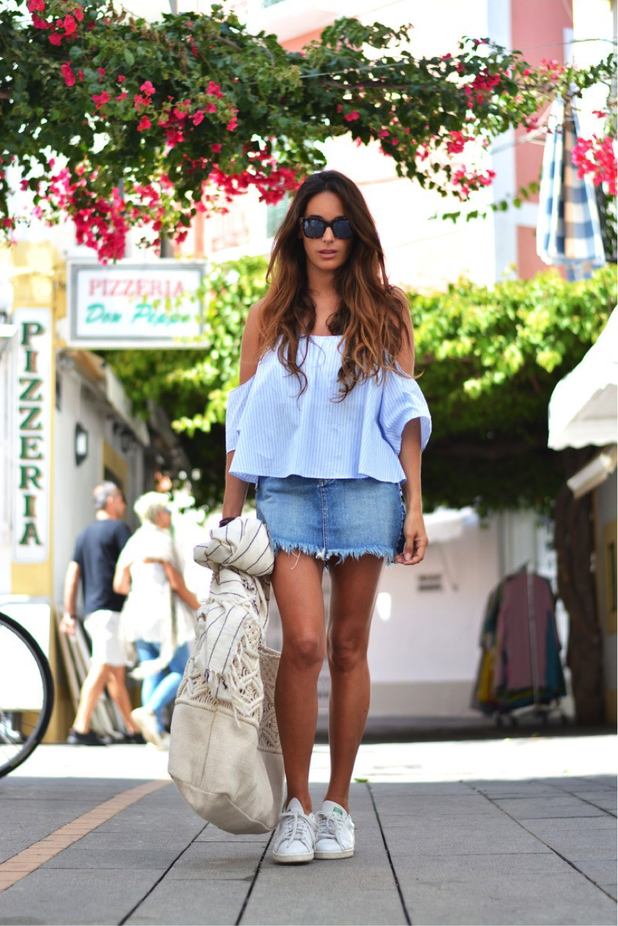 The off-the-shoulder trend is all the range this summer- María rocks such a trend in this striped blue shirt, paired with a gorgeous frayed denim skirt. She teams it with some sneakers to create an overall casual, yet effective look. Shirt/Skirt: Pull&Bear, Sneakers: Adidas