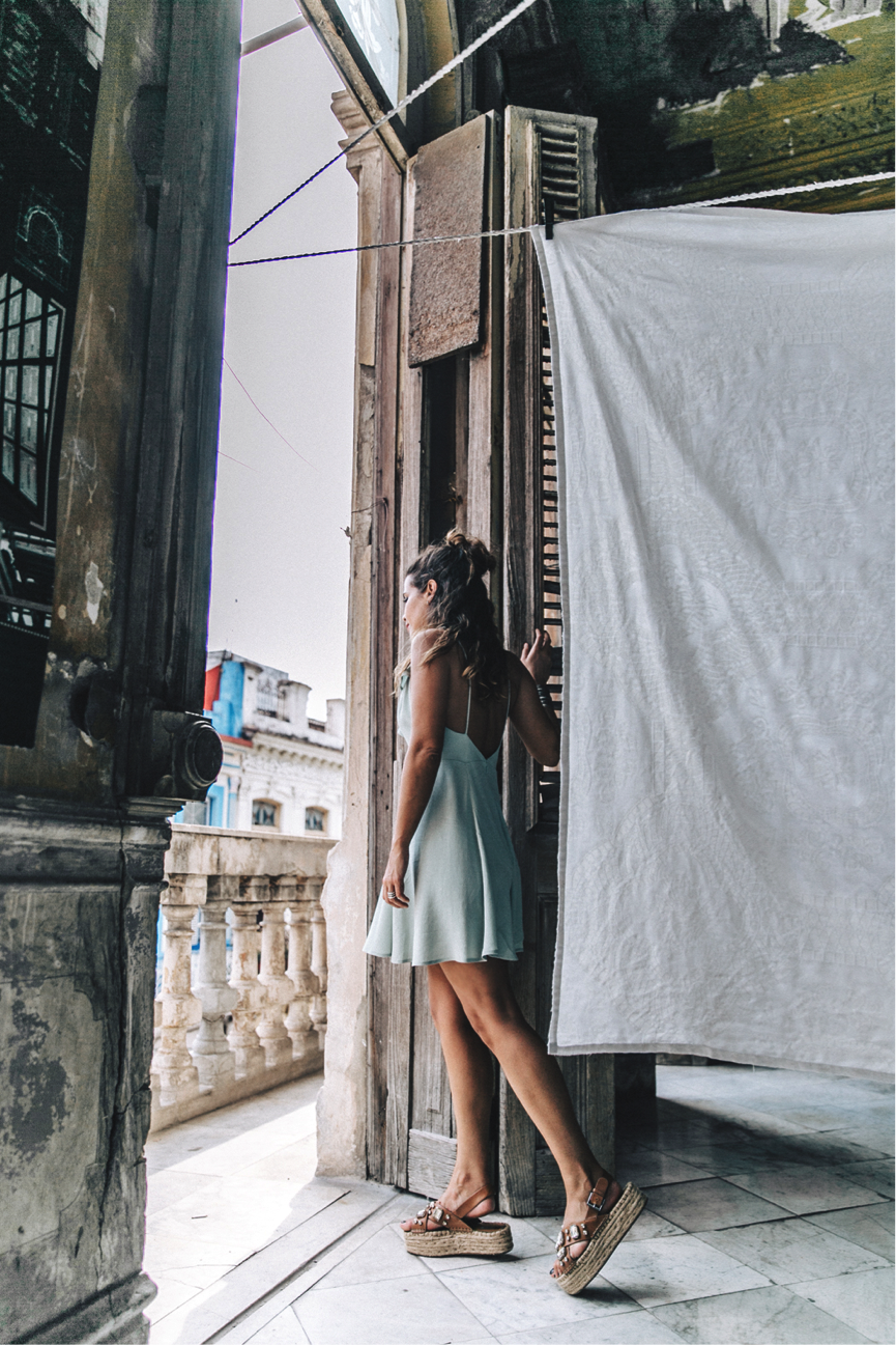 Sara Escudero radiates summery vibes in this mint green dress; it is both fashionable and useful (the thin material will keep you feeling cool!) This has such a feminine feel, especially when paired with the wonderful wedged sandals. Dress: Revolve, Sandals: Stradivarius