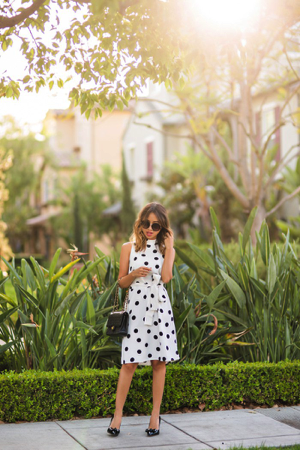 What an elegant look- Kim Le looks timeless in this dress. We love the detailing of the polka dots, giving the outfit a unique twist. Paired with some heels and some sunglasses this would be fab this season. Dress/Shoes: Ann Taylor, Sunglasses: Nordstrom