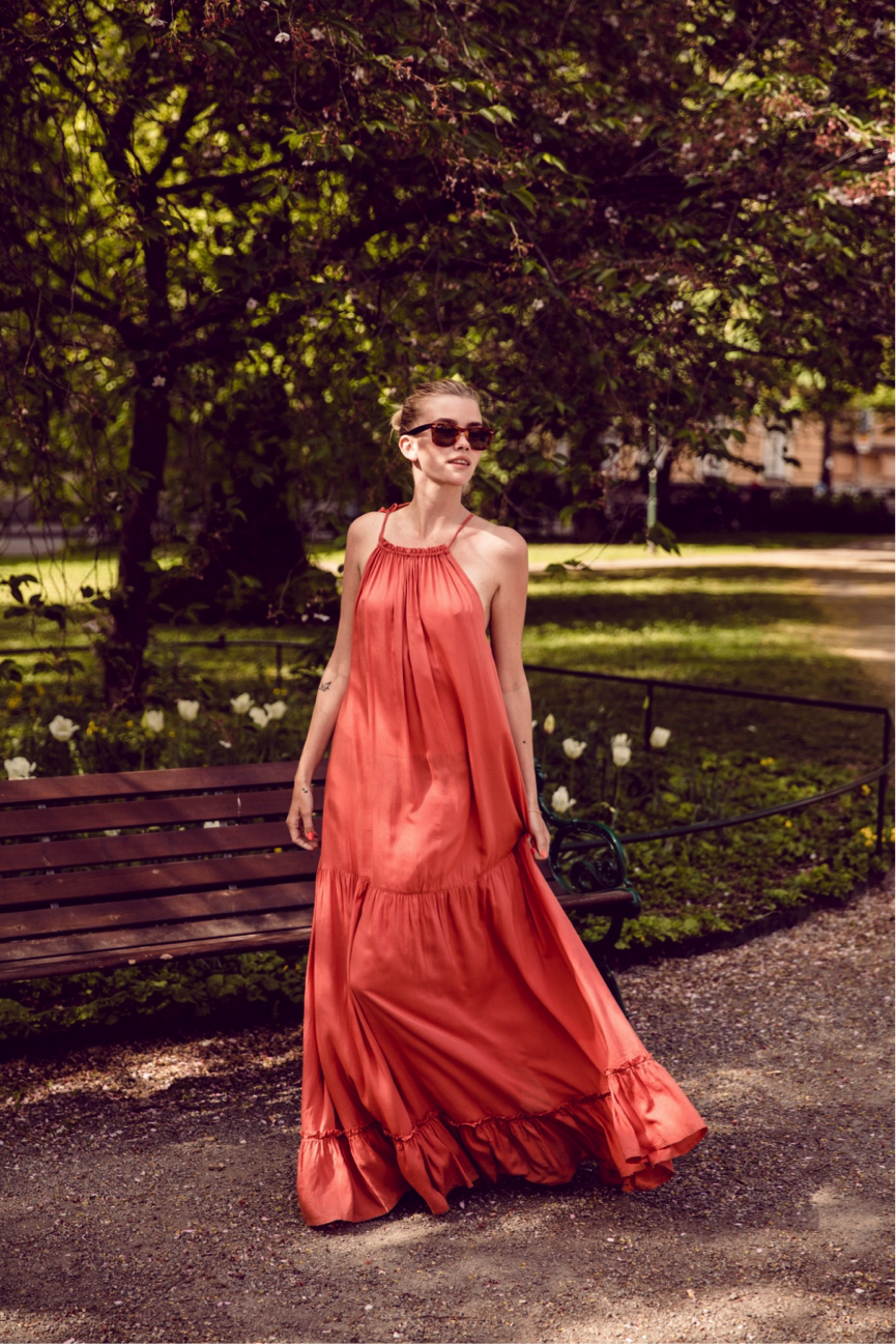 Elsa Ekman looks super relaxed in this floaty maxi dress. We love the vibrancy of this copper colour; perfect for a sunny seasonal day. Dress: Brand not specified