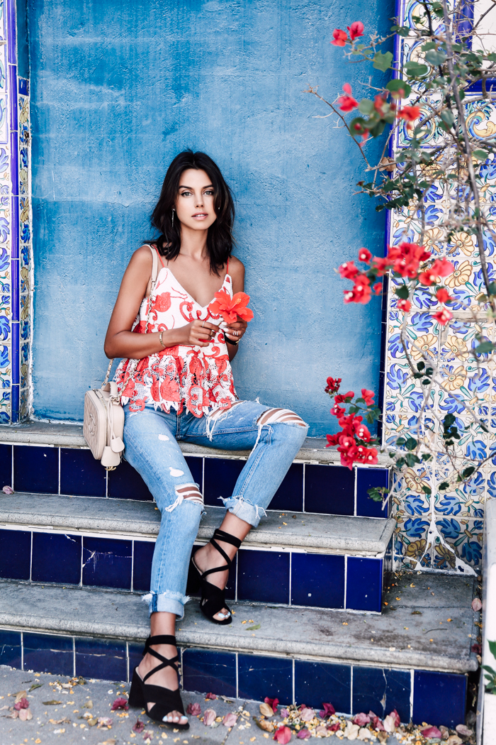 We love the playful print on this floral and feminine top modelled by Annabelle Fleur. It provides a vibrant contrast to the trendy distressed jeans. Perfect for a summers day. Jeans/Tops: Revolve