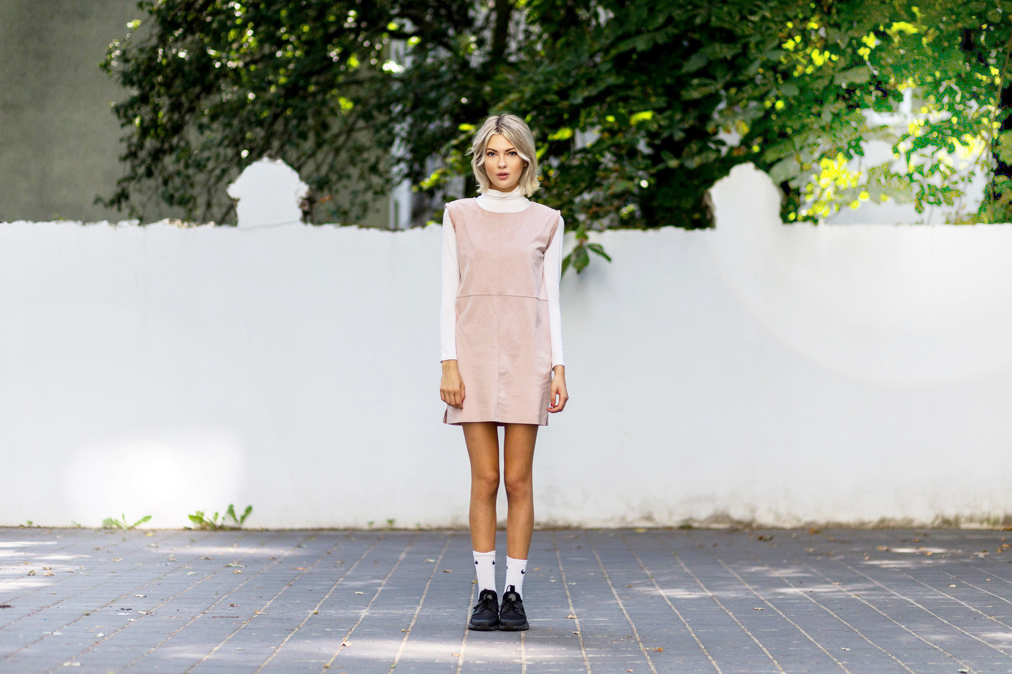 Ebba Zingmark rocks a girly twist on an androgynous look. We love the pastel pale pink summer dress, which provides a contrast to the sporty feel of the outfit brought out by the black sneakers. Dress: Zalando, Top: Monki, Shoes: Sarenza