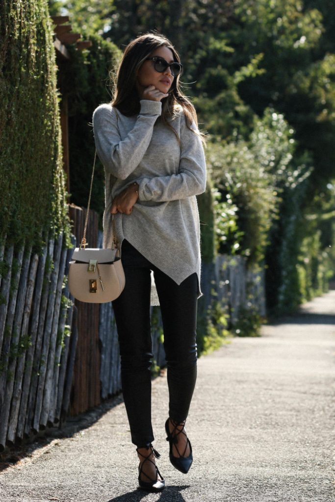 Consuelo Paloma strips it back in a cosy and casual outfit consisting of a cashmere sweater and jeans. This look is ideal for everyday wear, and worn with sandals or boots will always work! Sweater: Drykorn, Trousers: H&M, Sandals: Kennel & Schmenger, Bag: Chloé.