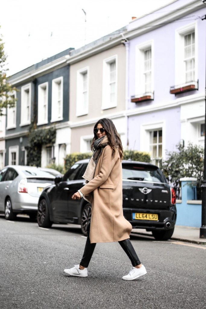 Camel coats are most definitely in this season. Federica L. creates a sophisticated yet casual style here by pairing a coat with leather leggings and sneakers. Coat: The Kooples, Shoes: Zalando.