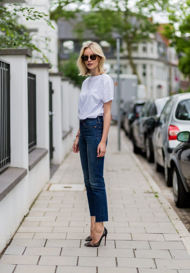 Lisa RVD keeps this look simple and classic with her winning combination of 501s and white tee. She adds an element of sophistication with those to-die-for heels by Louboutin. T-shirt: Levi´s, Jeans: Levi´s (Cut Wedgie), Heels: Christian Louboutin, sunglasses: Céline.