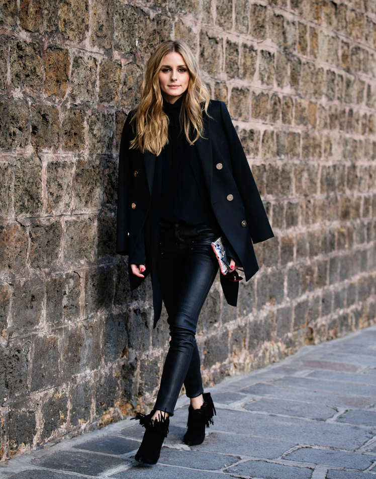 A chic combination of hot-ticket items this season, Olivia Palermo has married a black military jacket with a turtleneck blouse and leather trousers. The gold buttons of this double breasted jacket and the amazing silver clutch add contrast to this black ensemble. The look is finished of with a pair of gorgeous fringed booties. Blazer: Reiss, Turtleneck blouse: Chloe, Denim trousers: Paige, Fringe ankle boots: YSL, bag: Meli Melo