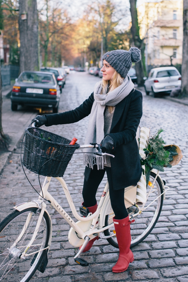 These Boots aren't just made for walking. Katarzyna Tusk shows us her Hunter Boots can be the perfect companion for a day out on with the bike too. We love the grey woolly hat, scarf and leather gloves too. Cap: Femi Pleasure, Sweater: COS, Boots: Hunter, Coat: MLE Collection, Leggings: Gatta, Gloves: COS