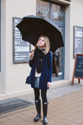 Elegant and trendy, Katarzyna Tusk pairs her Hunter Boots with tights, oversized scarf and a tailored coat. Umbrella: optional Skirt: Zara, Boots: Hunter, Coat: Stefanel, Scarf: COS, Bag: Torebka, Sweater: Mango