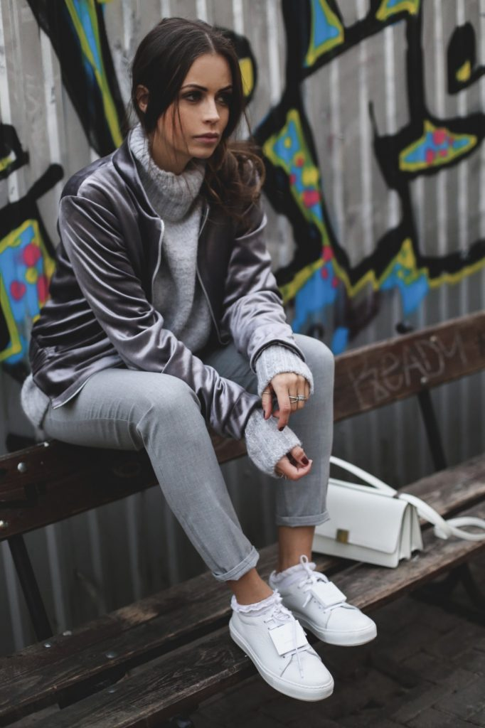 Dorota Jawinska is wearing this fall's hottest trend; the velvet trend! Wearing this gorgeous jacket with a turtleneck sweater and sneakers, Dorota has created a sleek and cool everyday style. Trousers: Zara, Sweater: H&M, Bomber: Preska, Bag: Celine.