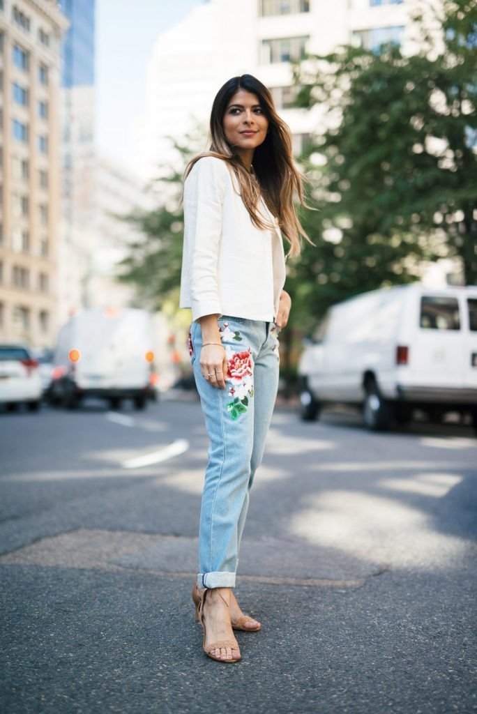 Pam Hetlinger rocks this outfit adding a simple cream jacket and ribbed top to a pair of colourful embroidered denims. She finishes the look with camel braided sandals, Chloé handbag and loosely tossed hair, keeping this look chic and fashion forward. Jeans: French Connection, Top, Jacket & Sandals: Ann Taylor, Bag: Chloé, Watch: Chanel, Ring: Mejuri.