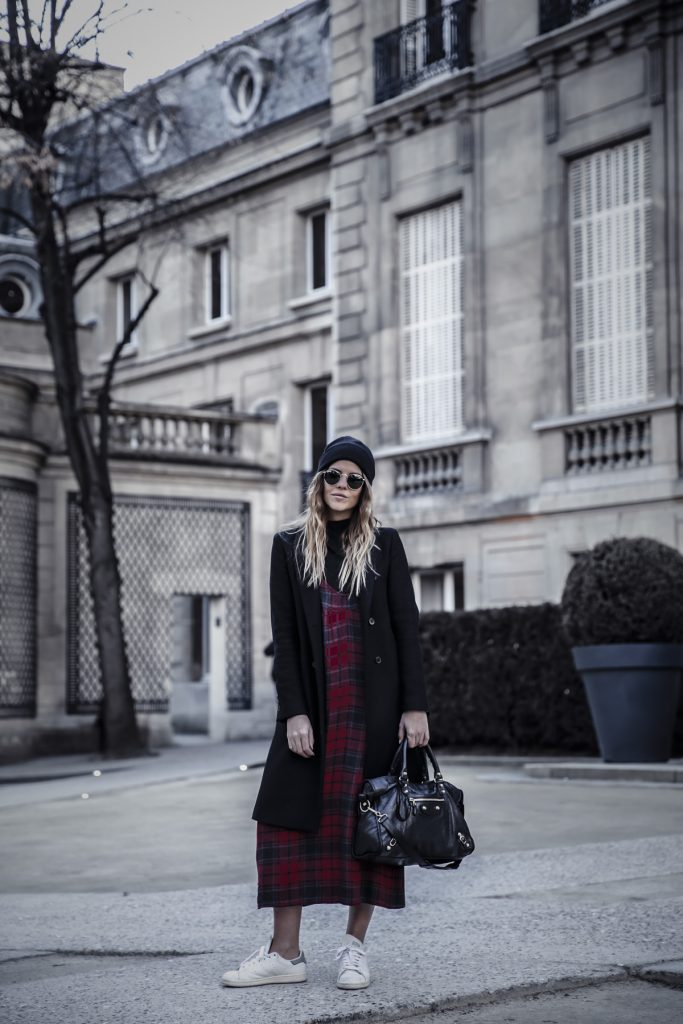 Natalia Cabezas is wearing a gorgeous winter classic here; in a red and green tartan maxi dress. Paired with sneakers for a modern take on a traditional style, this dress simply screams winter chic! Dress: Zara, Top: NA-KD, Bag: Balenciaga, Sneakers: Adidas Stan Smith.