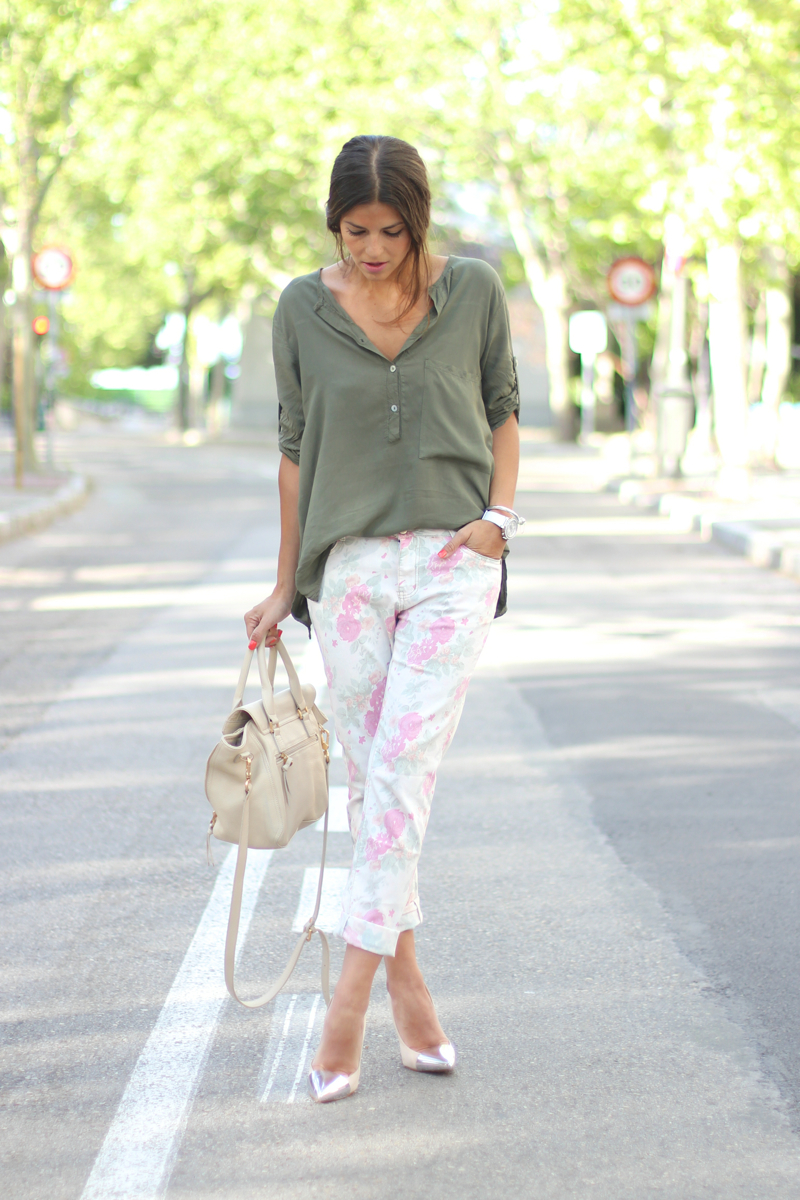 Trendy Taste Is Wearing Floral Print Trousers From Riverside, Blouse And Shoes From Zara And Bag From Sabrina