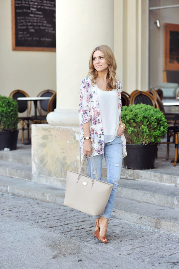 Make Life Easier Is Wearing Floral Shirt From Bershka, Top From Oysho, Jeans From Abercrombie & Fitch, Purse From Kappahl Shoes And Boots From Zara