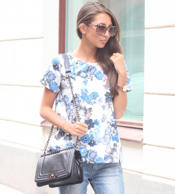 Akerstrom is wearing a floral top from Sfera, jeans from BikBok, chain bag from NLY and sunglasses from River Island
