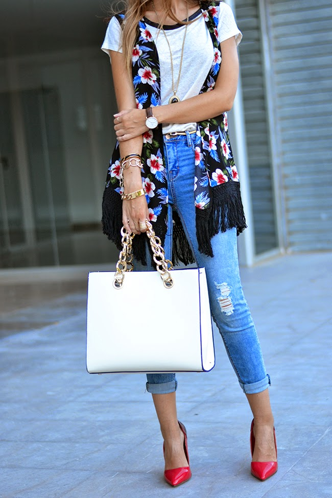 Helena Ramos Cave is wearing a floral kimono from Choies, jeans and T-shirt from Pull&Bear and a handbag from Mango