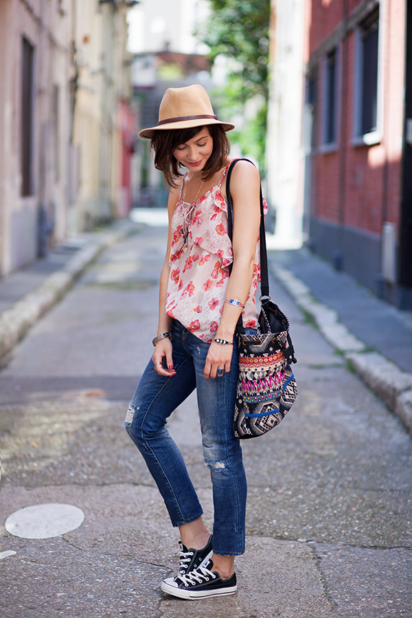 Zoe Jonak is wearing a floral top from Mango, jeans from Zara, bag from Promod and sneakers from Converse