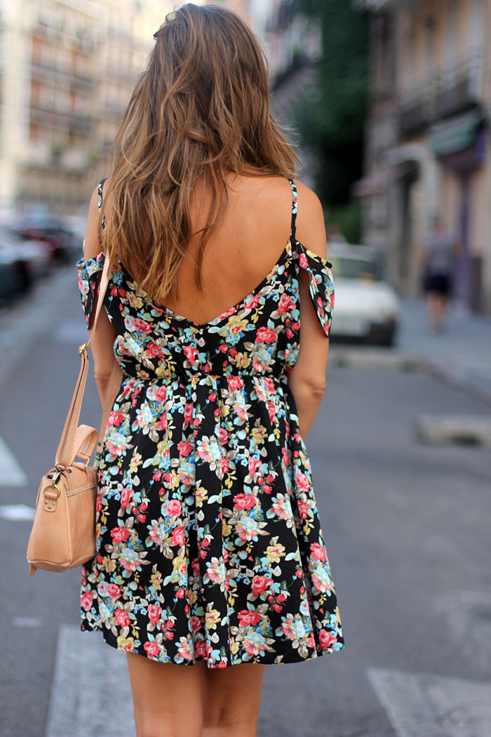 Silvia Zamora is wearing a floral print dress from Sheinside and the bag is from Su-Shi