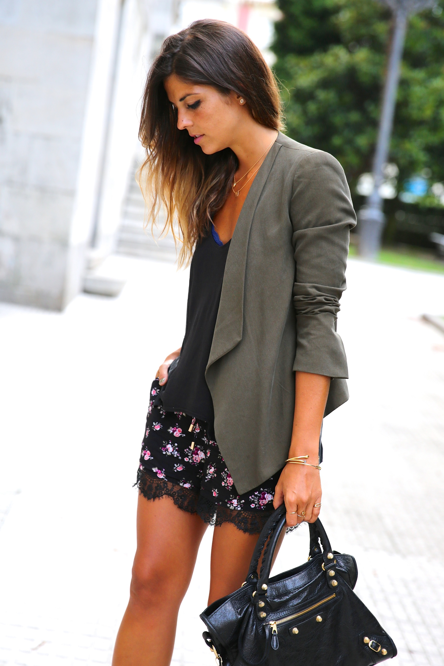 Natalia Cabezas is wearing a pair of floral print shorts from Vila Buyleward, blazer from Zara and a bag from Balenciaga