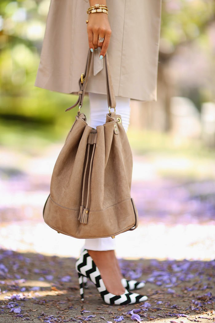 Annabelle Fleur is wearing a beige nubuck bag and pumps from Schutz Gilberta