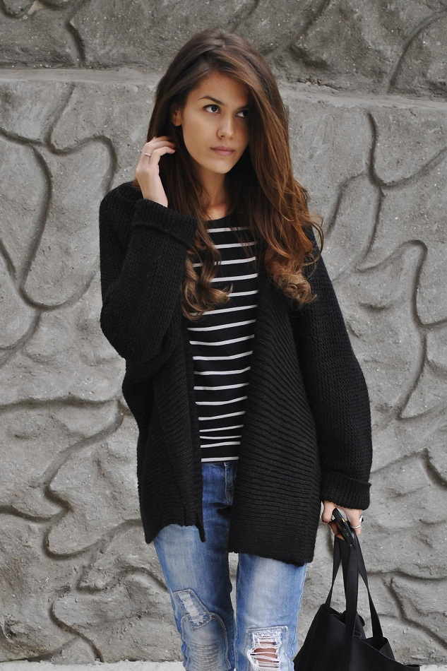 Fashion Blogger Mariana Is Wearing Oversized Cardigan From Zara, Striped Top And Bag From H&M, Jeans From Bershka, Shoes From Zara
