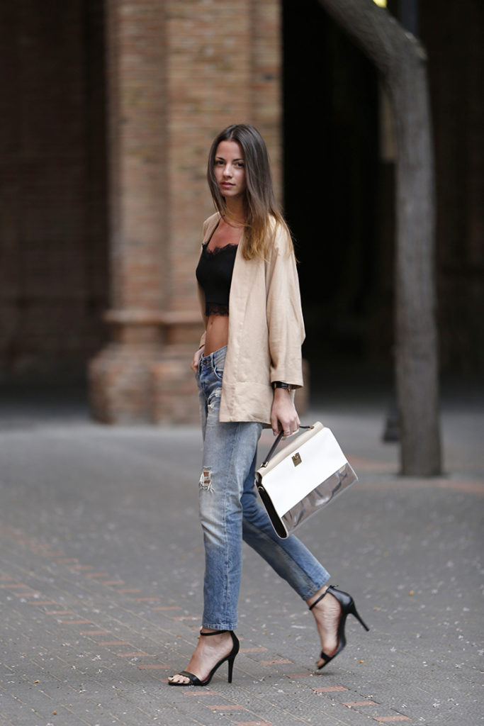 Zina Charkopoliac Is Wearing Distressed Jeans From Pepe, Sandals From Randa, Kimono From Zara, Crop Top From SuiteBlanco And A Bag From Furla