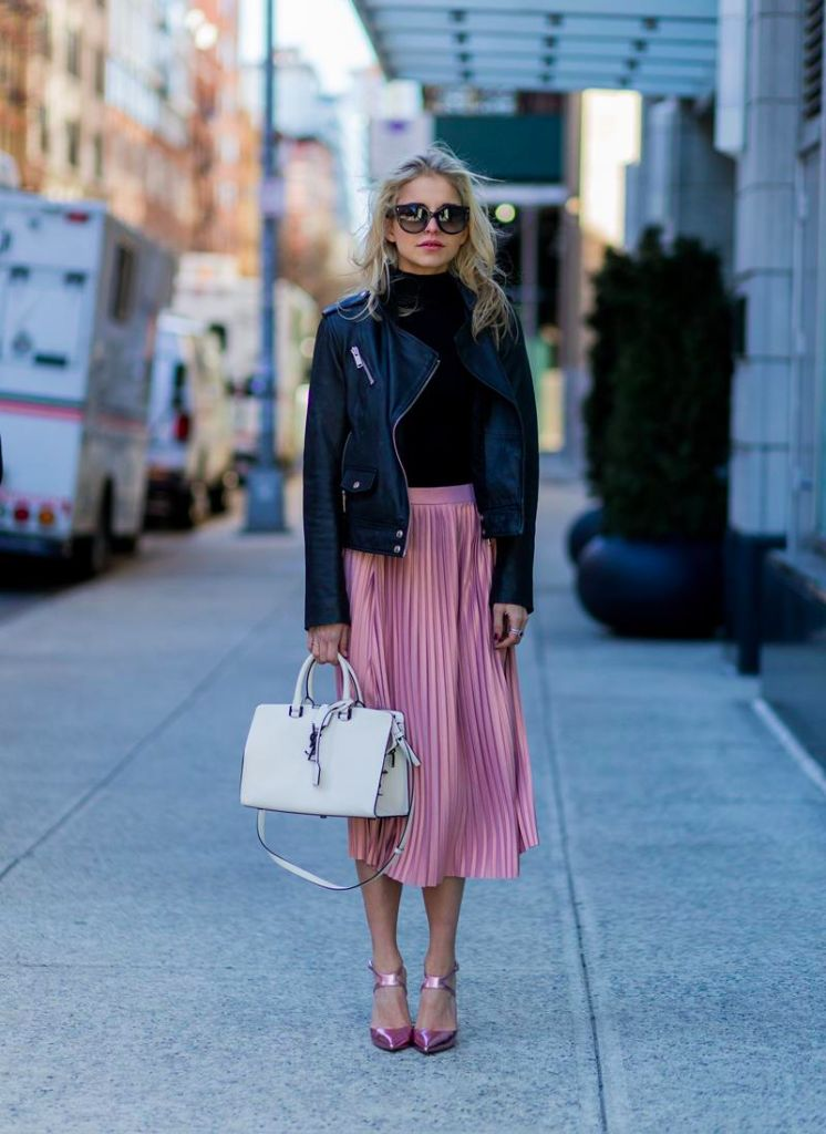 Caroline Daur shows us a cute and pretty way to wear the pleated skirt trend, pairing this pink midi skirt with a polo neck top and a cropped leather jacket. Pullover: Vila via Edited, Jacket: Edited, Skirt/Shoes: Asos, Bag: YSL.