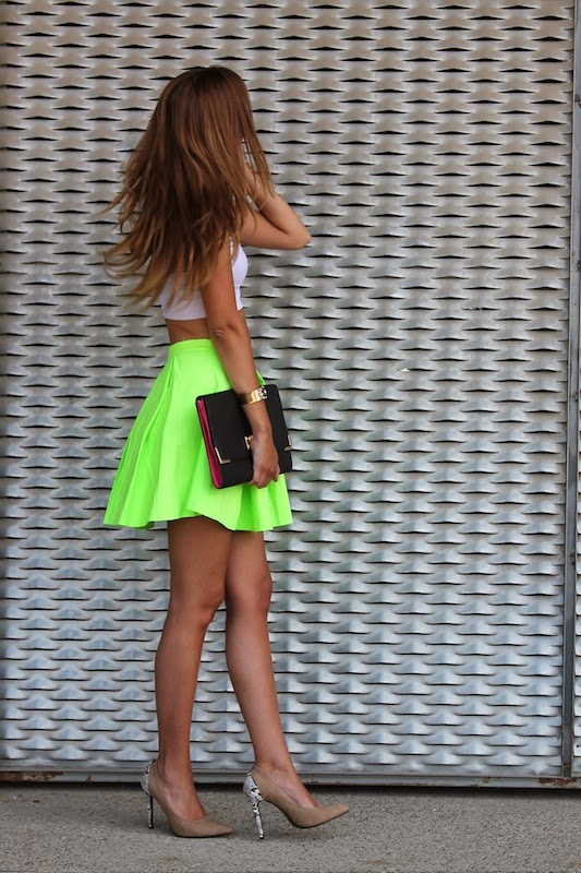 Maria Alejandra is wearing a pleated neon skirt from Sheinside, white top and clutch from Primark and shoes from Lovely Shoes