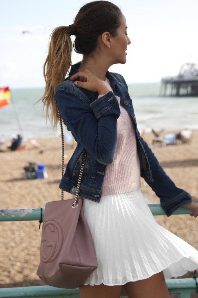 Tamara Kalinic is wearing a white skirt whit pleats from TopShop, pink jumper from 360, denim jacket from Bershka and the bag is from Gucci