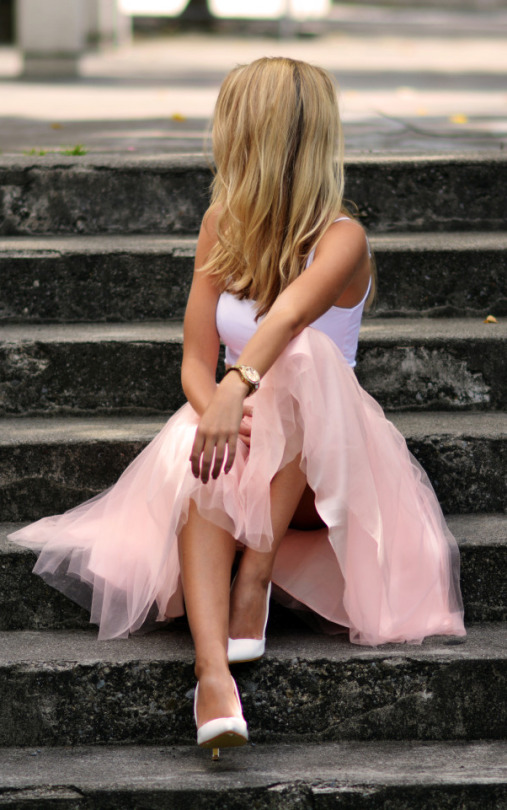 Vanessa Ciliberto looks uber feminine in this classic tulle skirt, worn with a simple white bralet and matching heels. This trend is ideal for more formal occasions, but can also be dressed down for a more casual feel. Tulle skirt: Relaxfeel.