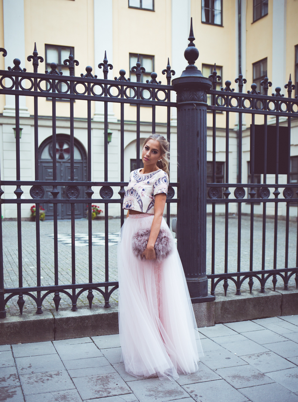 Kenza Zouiten is wearing a embellished top, a tulle skirt from Ida Sjöstedt and a fluffy bag from Asos
