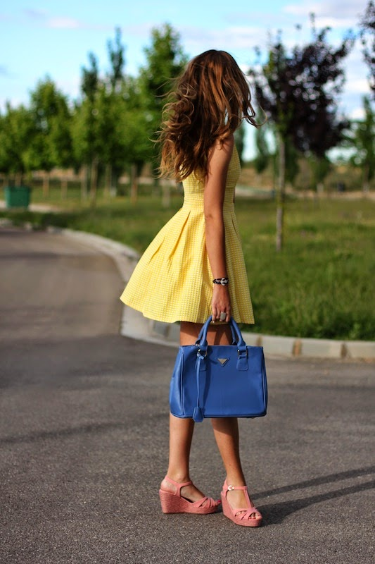 María Alejandra is wearing a yellow dress from Sheinside, shoes from Refresh and a blue Michael Kors bag