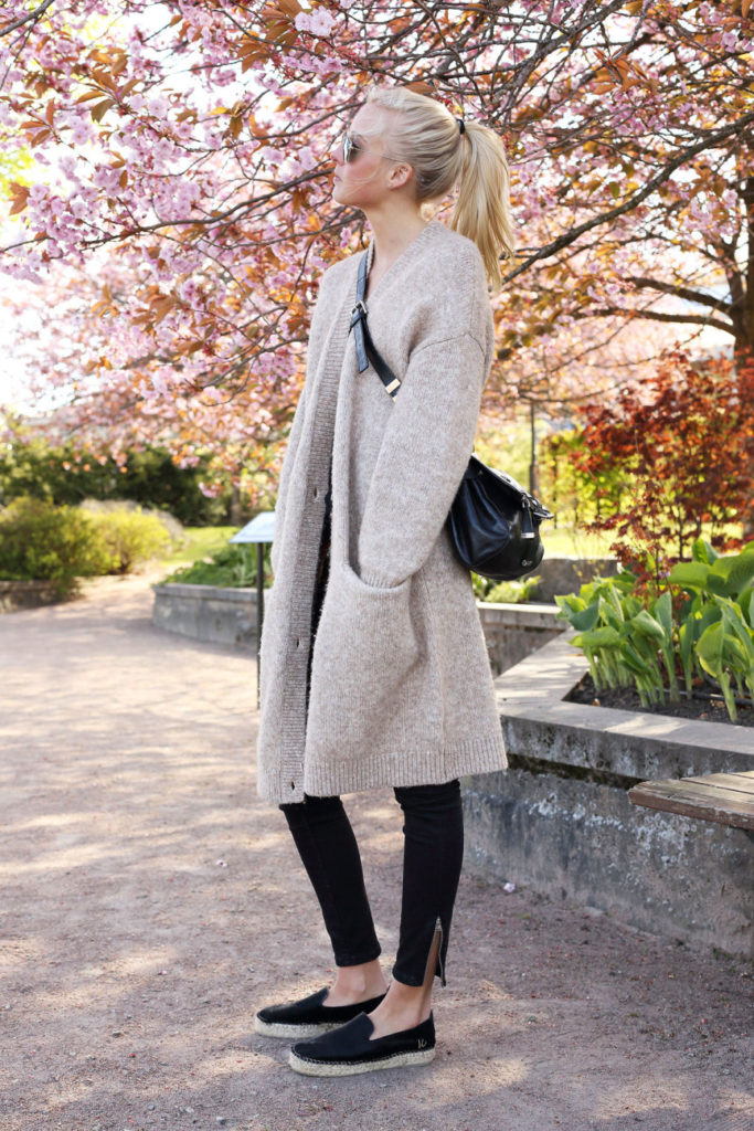 Ellen Claesson Is Wearing Three Quarter Length Knit From & Other Stories, Black Jeans From Gina Tricot, Black Slip-Ons From K.Cobler/Scorett And Bag From Karen Millen