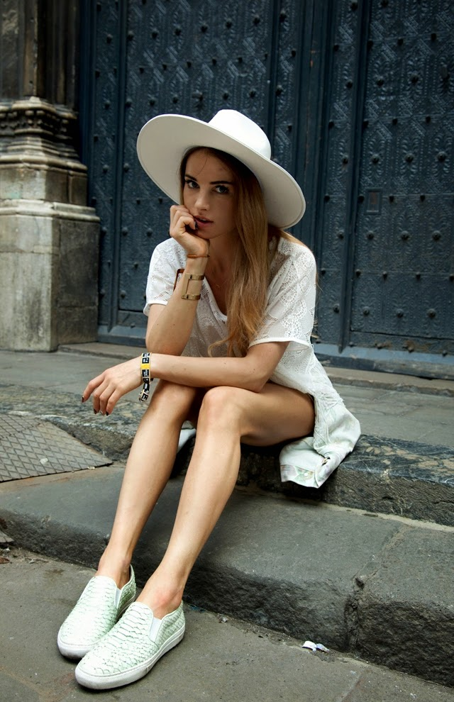 Maffashion is wearing a crochet top and hat from Bershka, textured and slip-ons from Zara