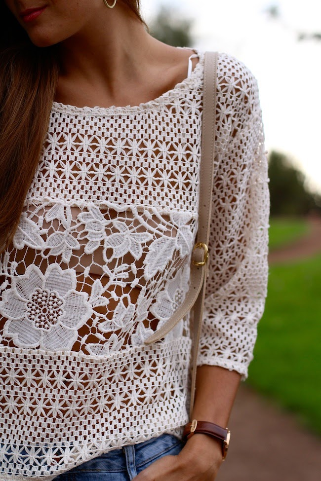 Marianela is wearing a white crochet top from C & A