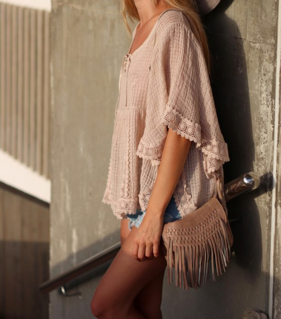 Mirian Perez is wearing a pale pink crochet boho top from The amity Company, shorts from Sheinside and a bag with fringes from Touched Tousette