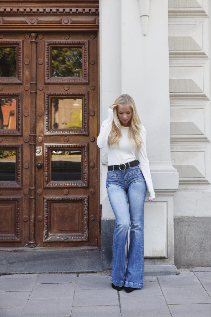 A simple white top and a pair of flare jeans. Via Victoria Tornegren  Top/Jeans: Gina Tricot. Flare Jeans Outfit