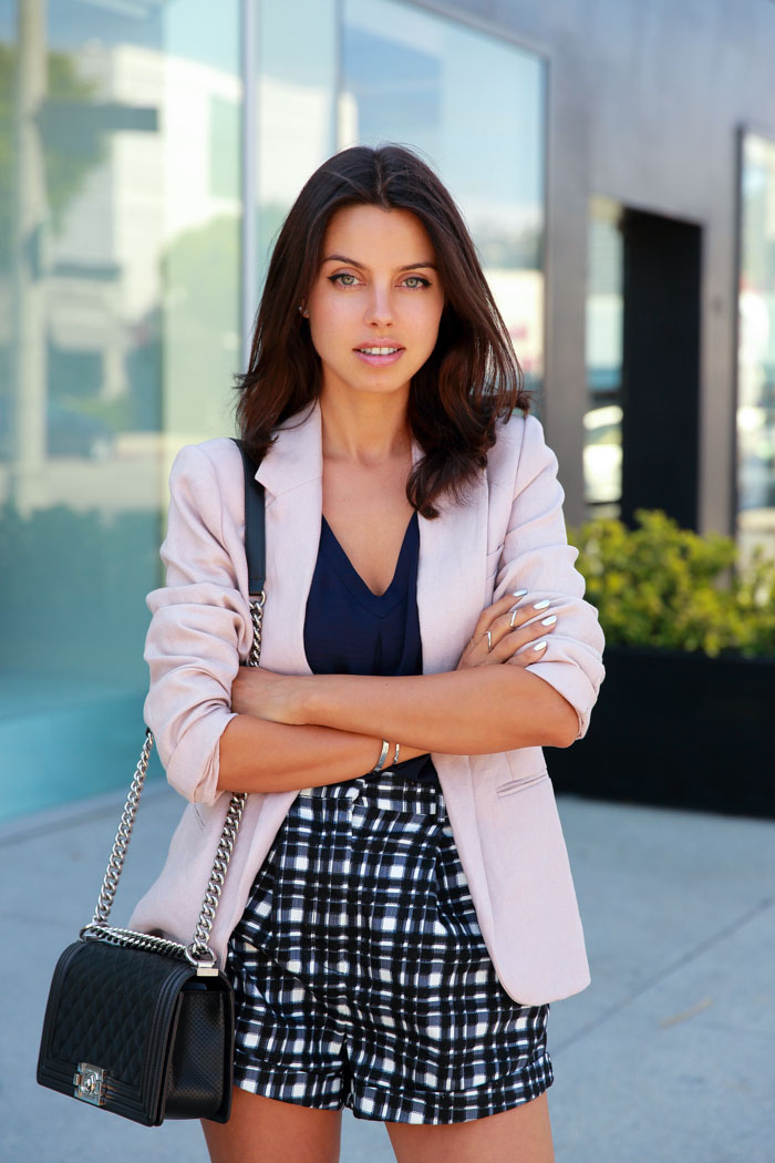 Annabelle Fleur is wearing a pink blazer from Choies, chequered short shorts from Finders Keepers, v-neck from Banana Republic and a boy bag from Chanel
