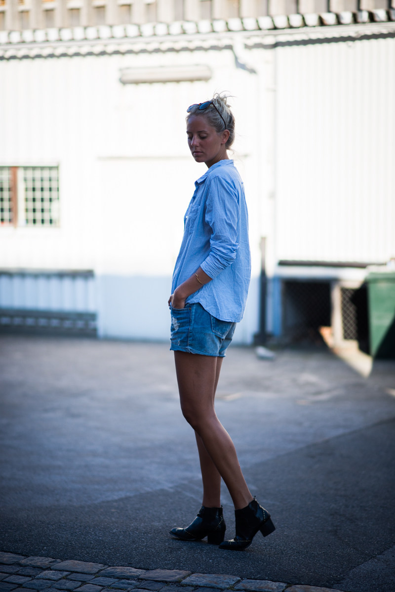 Kajsa Svensson is wearing a shorts from Pieces, shirt from Vero Moda and sunglasses from Jack & Jones