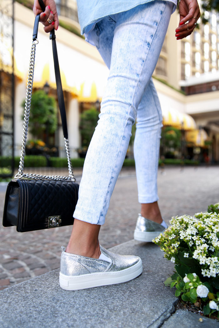 Annabelle Fleur is wearing a show wash jean leggings from Express, leather silver metallic slip-ons from Scarmo and a boy flap bag from Chanel