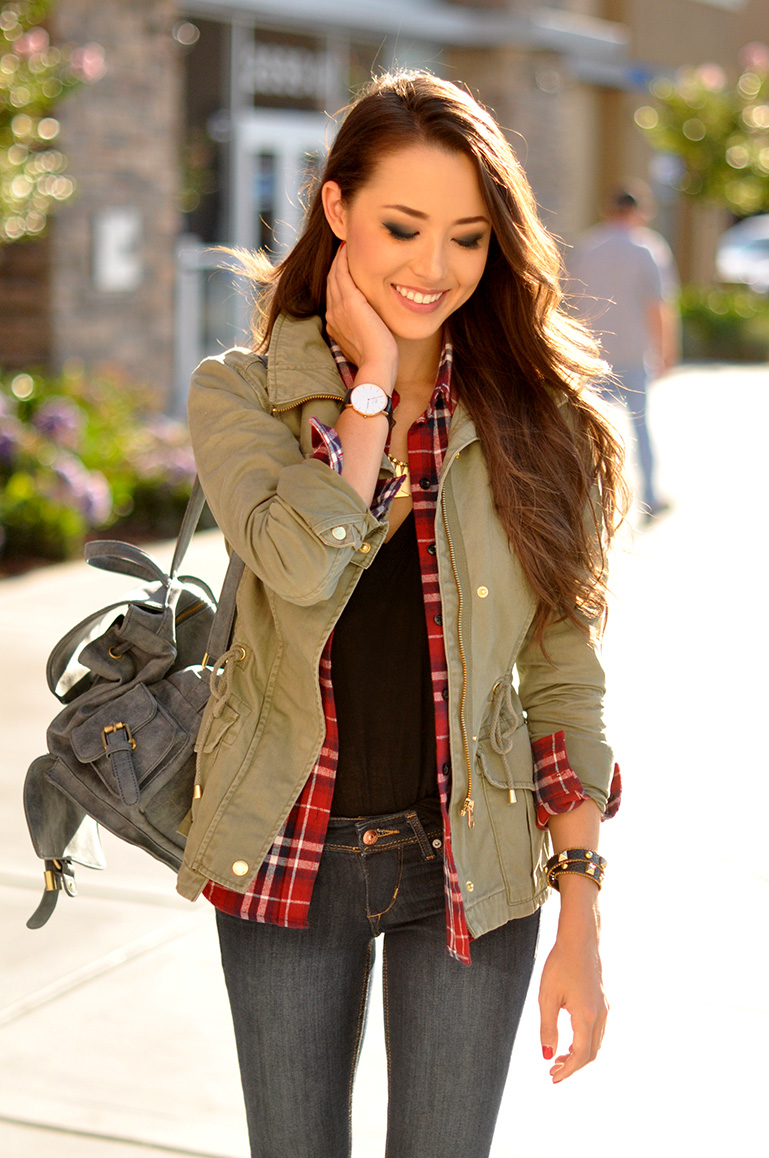 Jessica R. is wearing a jacket, shirt, top and jeans from H&M and a bag from DailyLook