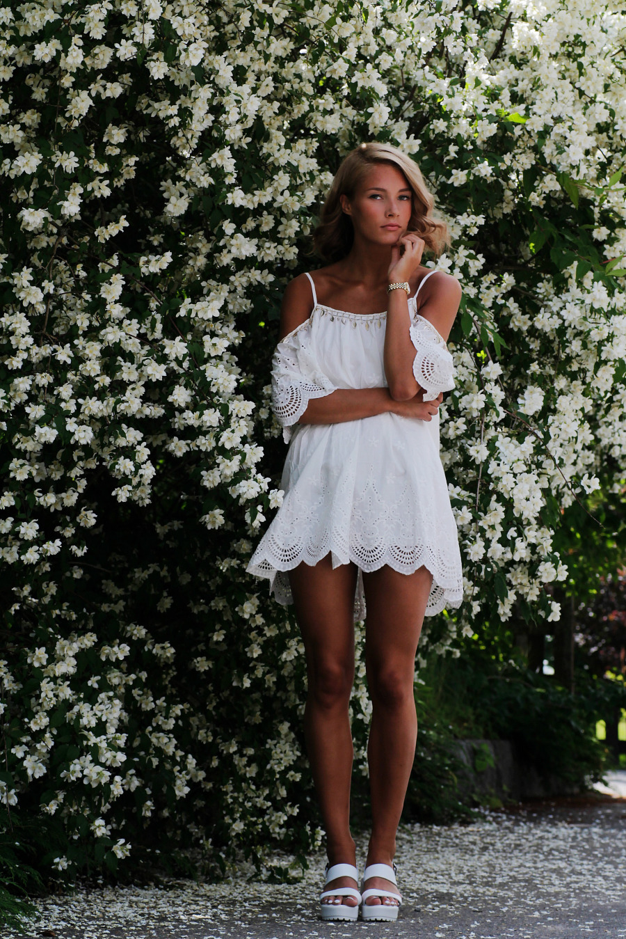 Petra Karlsson is wearing a white crochet trimmed dress from Sheinside and the shoes are from Chicwish