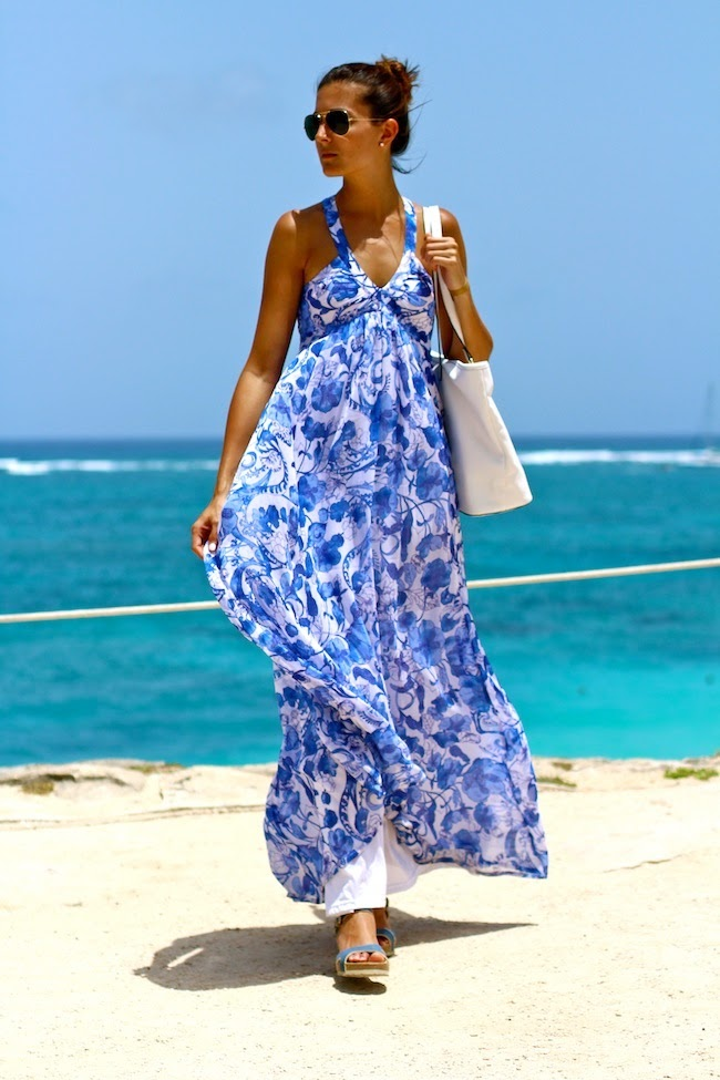 Marianela is wearing a blue and white print dress from H&M and the sandals are from Panama Jack