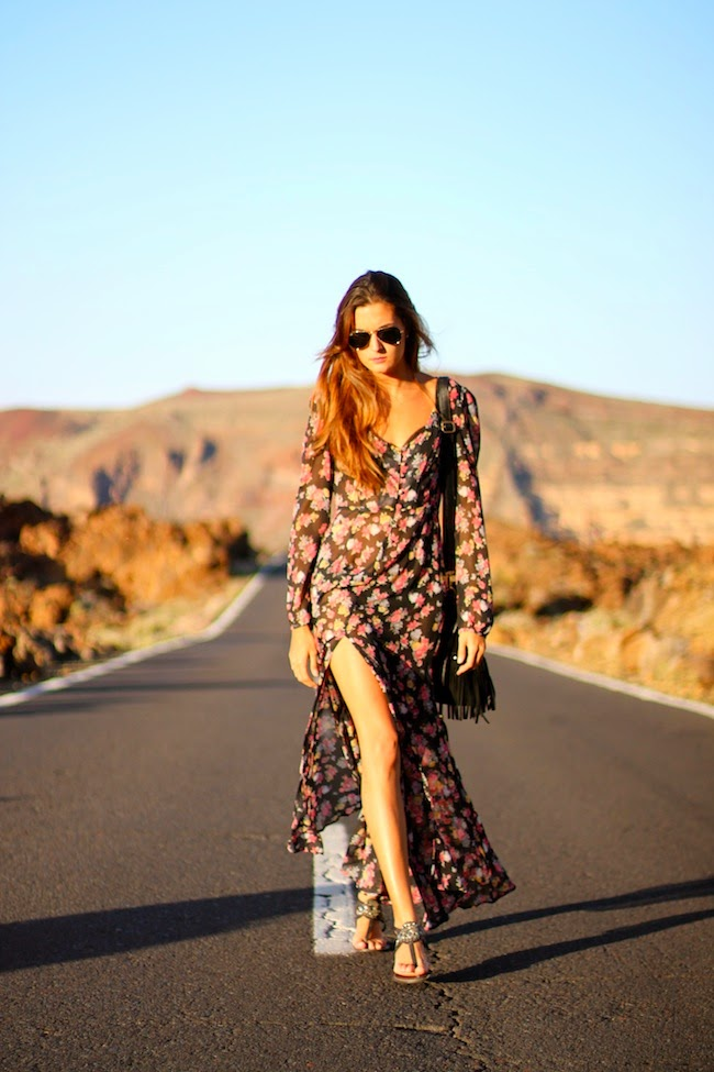 Marianela is wearing a floral boho dress from Sheinside, bag from SF, and the sandals are from Stradivarius