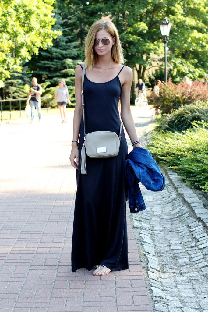 Paula Jagodzińska is wearing a black dress from Bershka and a bag from Paulina Schaedel