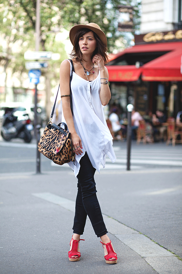 Zoe Jonak is wearing a white top from Brandy Melville, jeans from H & M, sandals from Ba & Sh and the bag is from Dreyfuss Johan