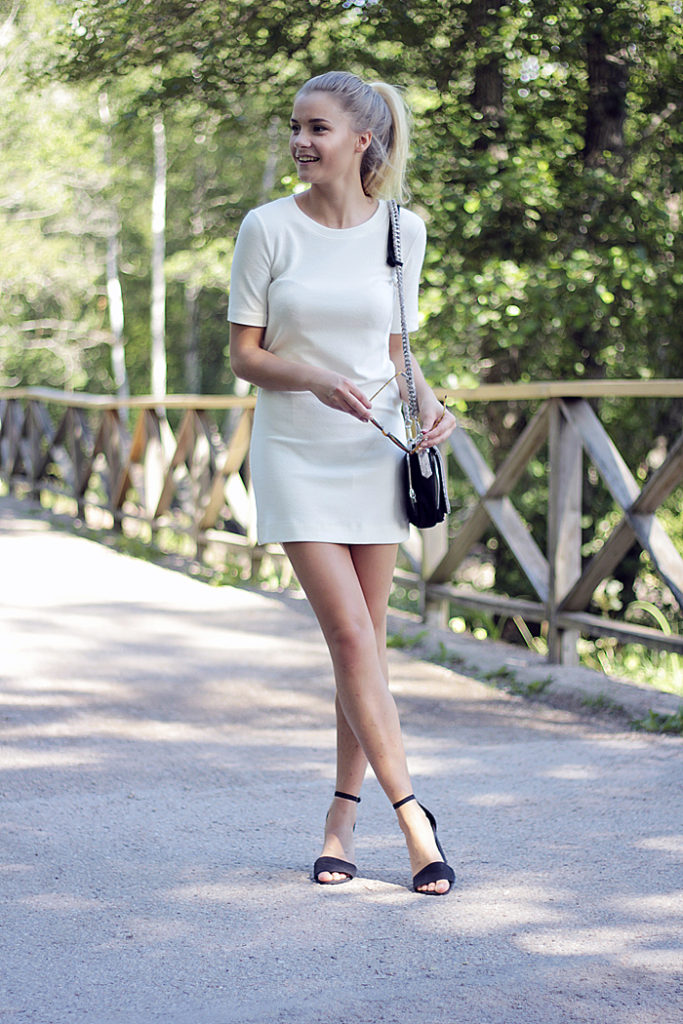 Linda Ryden is wearing a white T-shirt dress from H&M, shoes from Nelly and the bag is from Zara