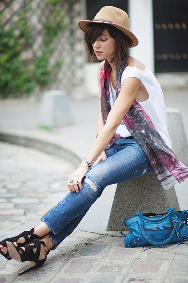 Zoe Jonak is wearing scarf from Vintage, jeans and sandals from Zara and the bag is from Balenciaga