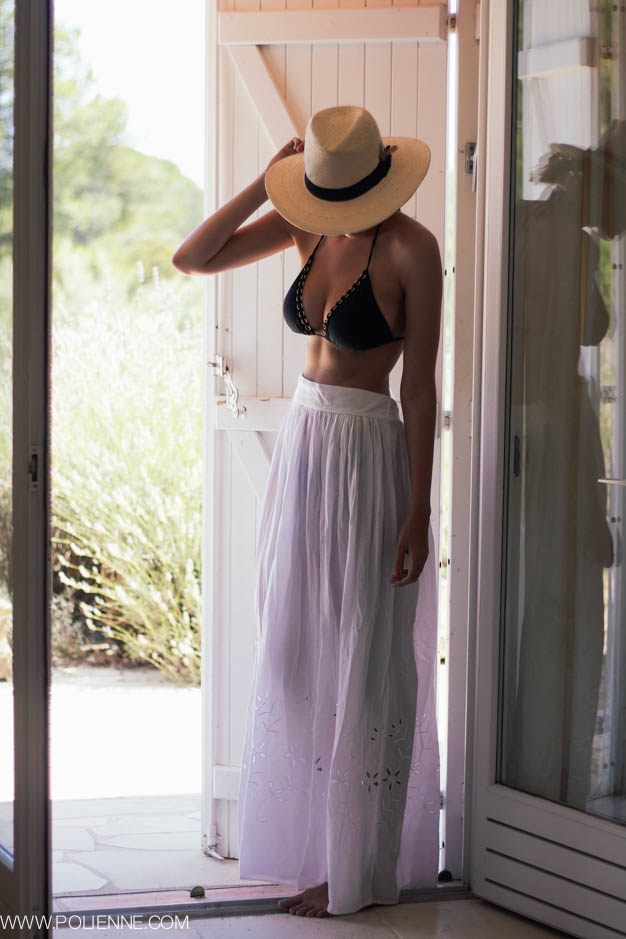 Paulien is wearing a bikini top from Mango, white skirt from H&M and the hat is from Urban Outfitters